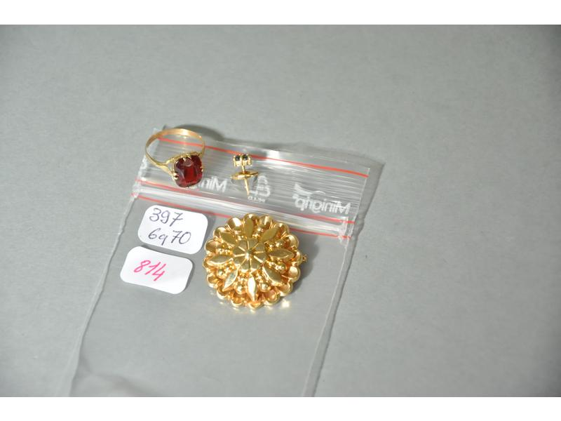 Lot de bijoux en or jaune: broche formant rosace, bague en or or